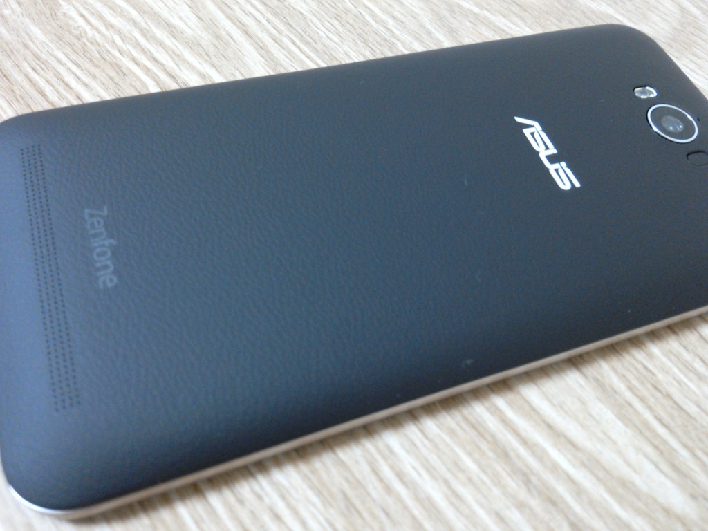 Zenfone Maxの裏面。シボ加工していてなかなかいいよ。