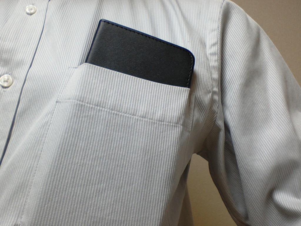 Zenfone Max胸ポケットに入れる。