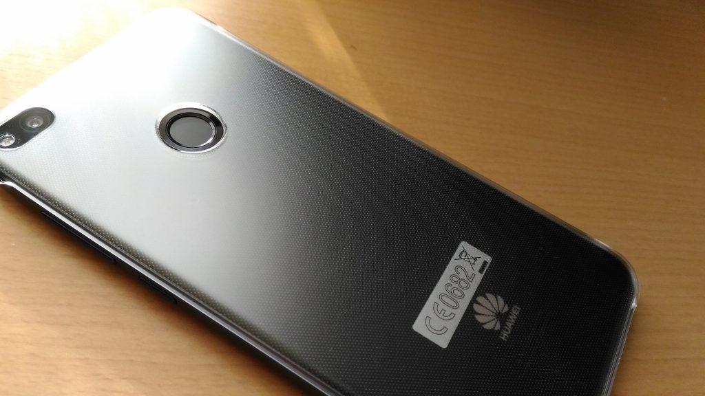 HUAWEI nova liteのケースには指紋認証の穴が空いている。