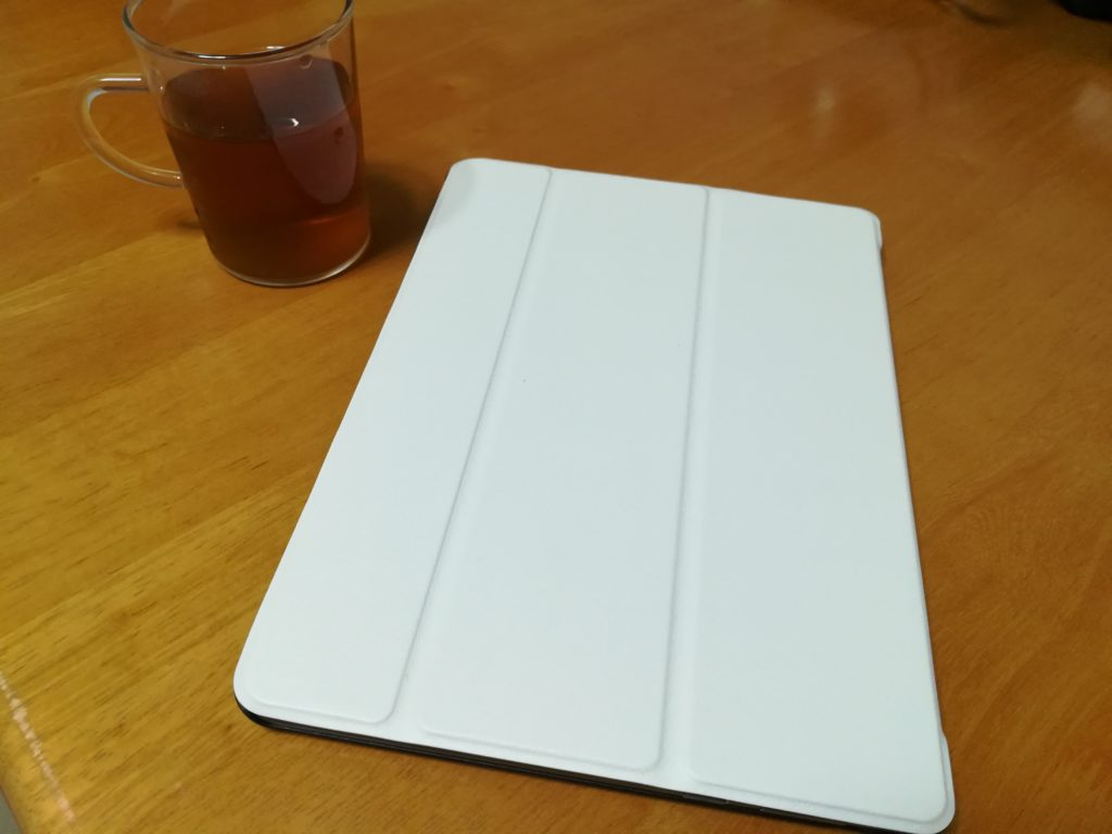 ナチュラルなテーブルの上に白いタブレット