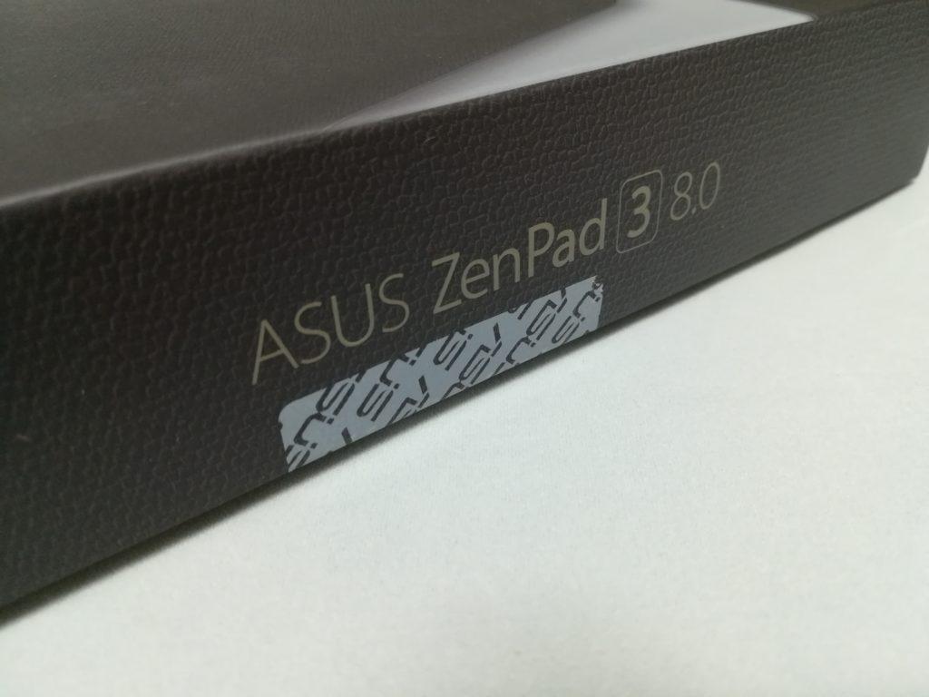 ZenPad 3 8.0 外箱を開けるためにシールをはがす。