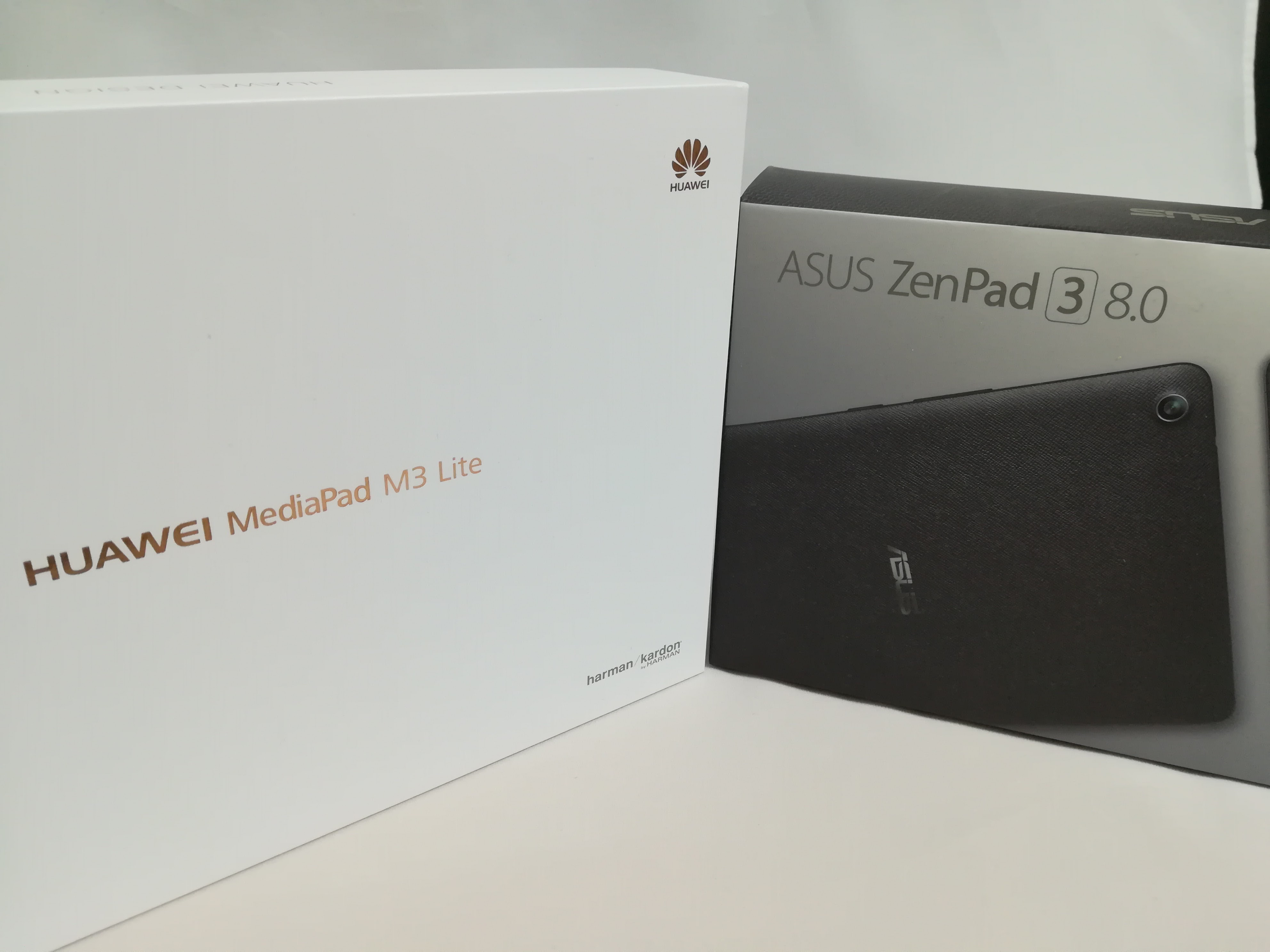 HUAWEI MediaPad M3 Lite 10とZenPad 3 8.0の外箱