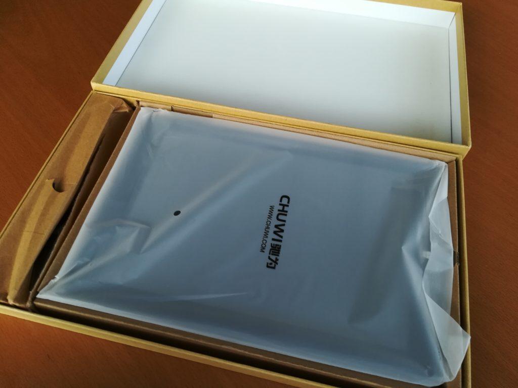 タブレットの外箱を開ける
