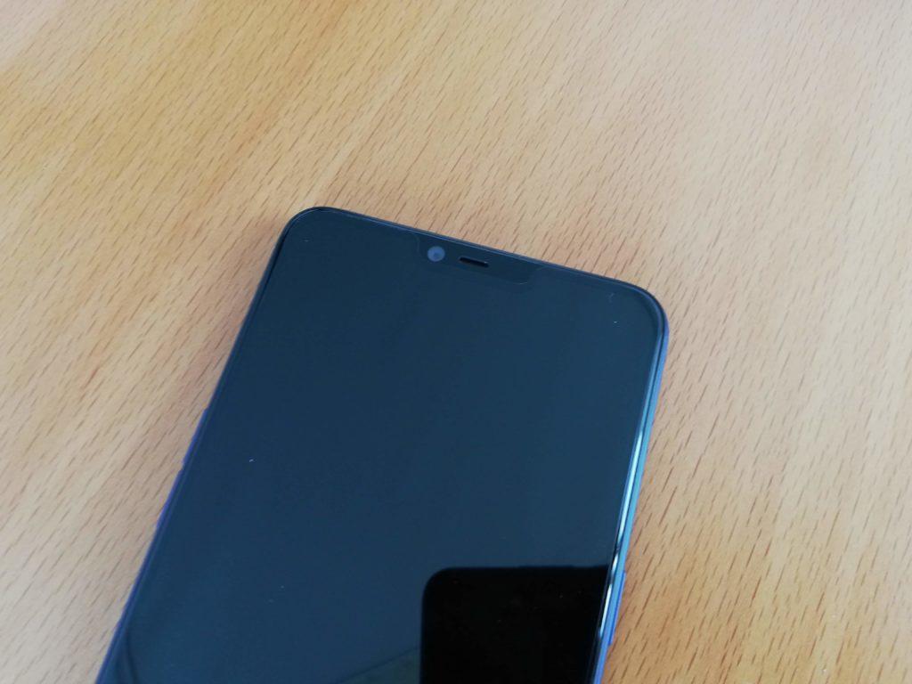 R15 Neoには液晶保護フィルムが貼ってある
