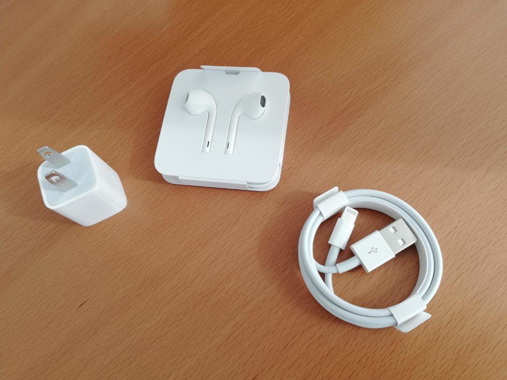 電源アダプター、イヤフォン、USBケーブル