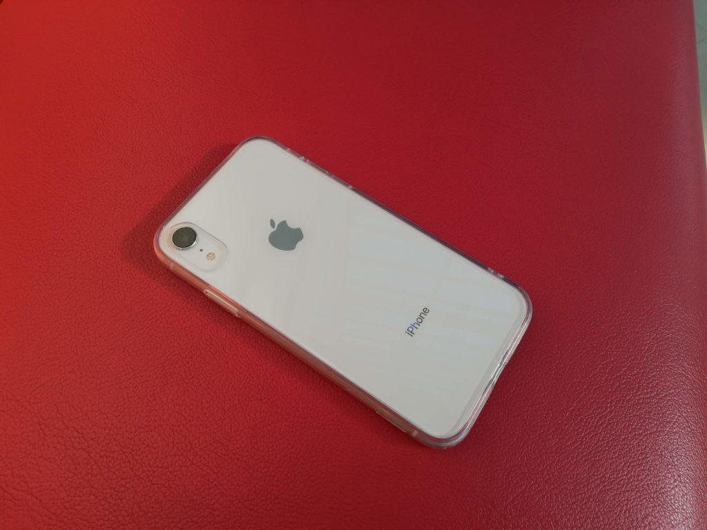 赤いソファーの上に置いたiPhone XR