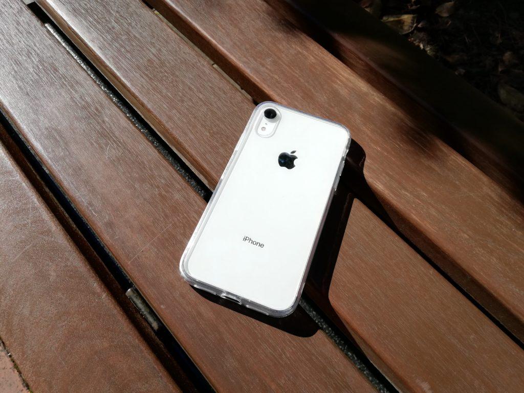 ベンチに置いたiPhone XR