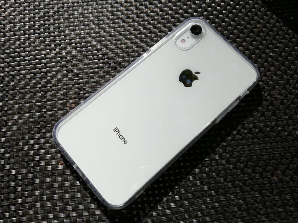 黒い座面に置かれたiPhone XR