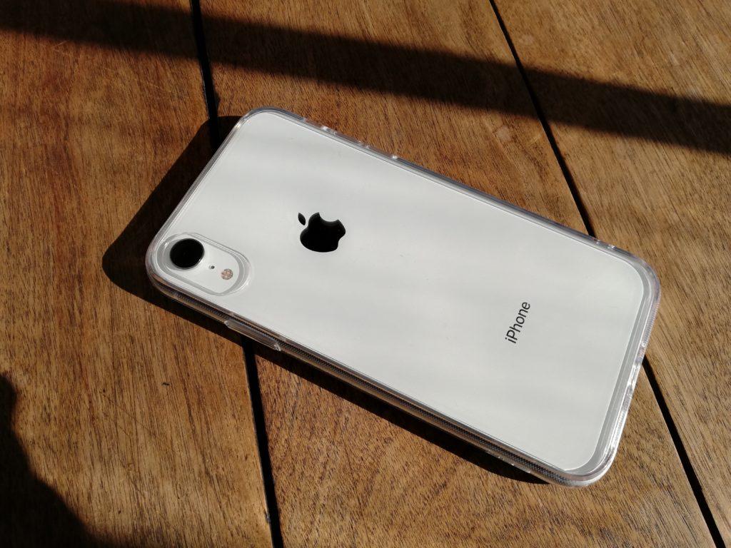 軒下で日差しを浴びるiPhone XR