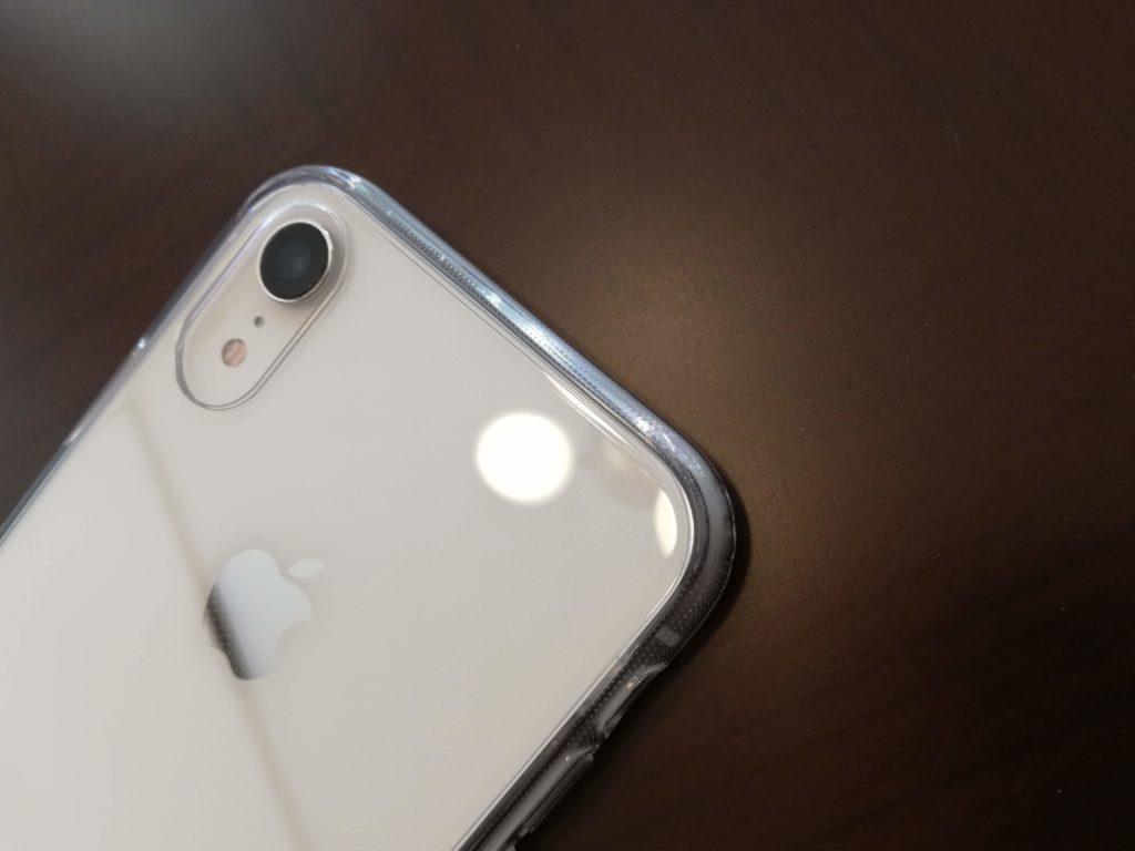 淡い照明を浴びるiPhone XR