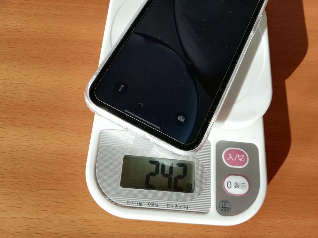 ESRのガラス製透明クリアケースを着けたiPhone XRの重さ