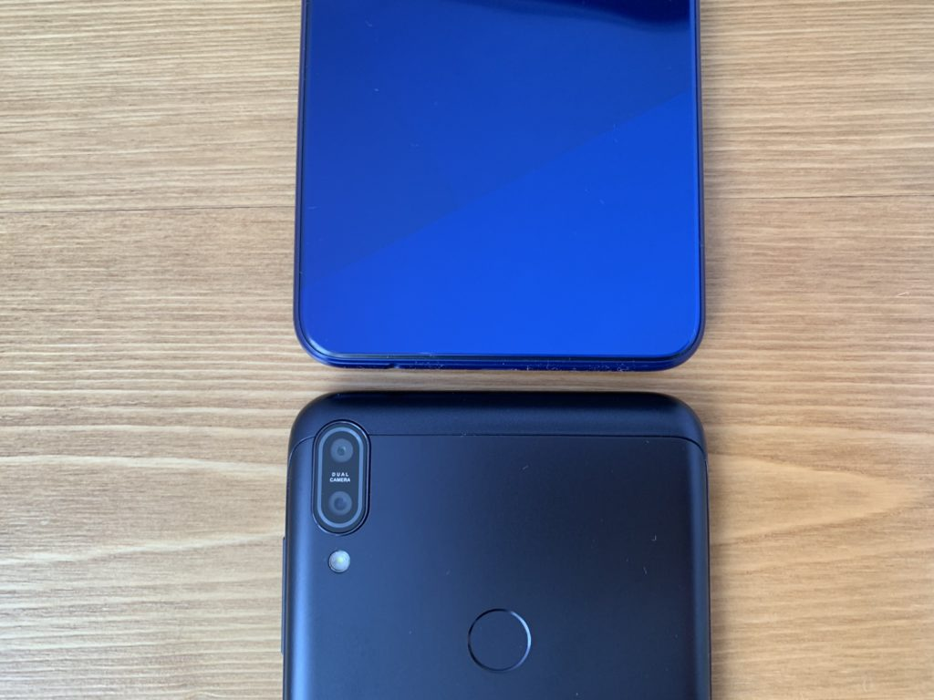 OPPO R15 NeoとZenfone Max Pro M1の横幅を比較