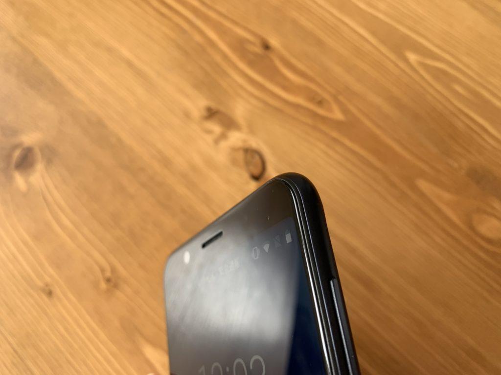 Zenfone Max Pro M1ディスプレイ周辺が微妙に丸みを帯びている