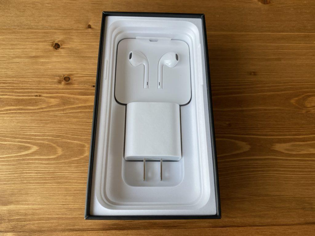 イヤフォン、電源アダプター、USBコード