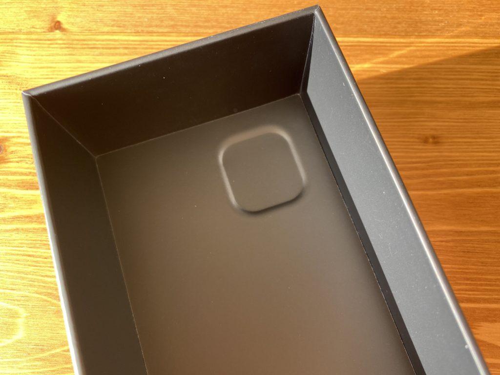 箱の裏の凹み