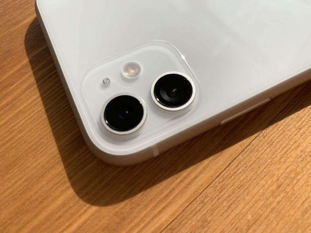 デュアルカメラ周辺はすりガラス