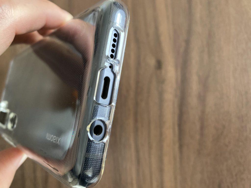 イヤフォンジャック、USB、マイク、スピーカーの穴