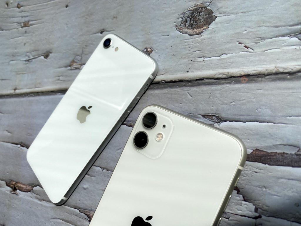 奥がiPhone SEで手前がiPhone 11