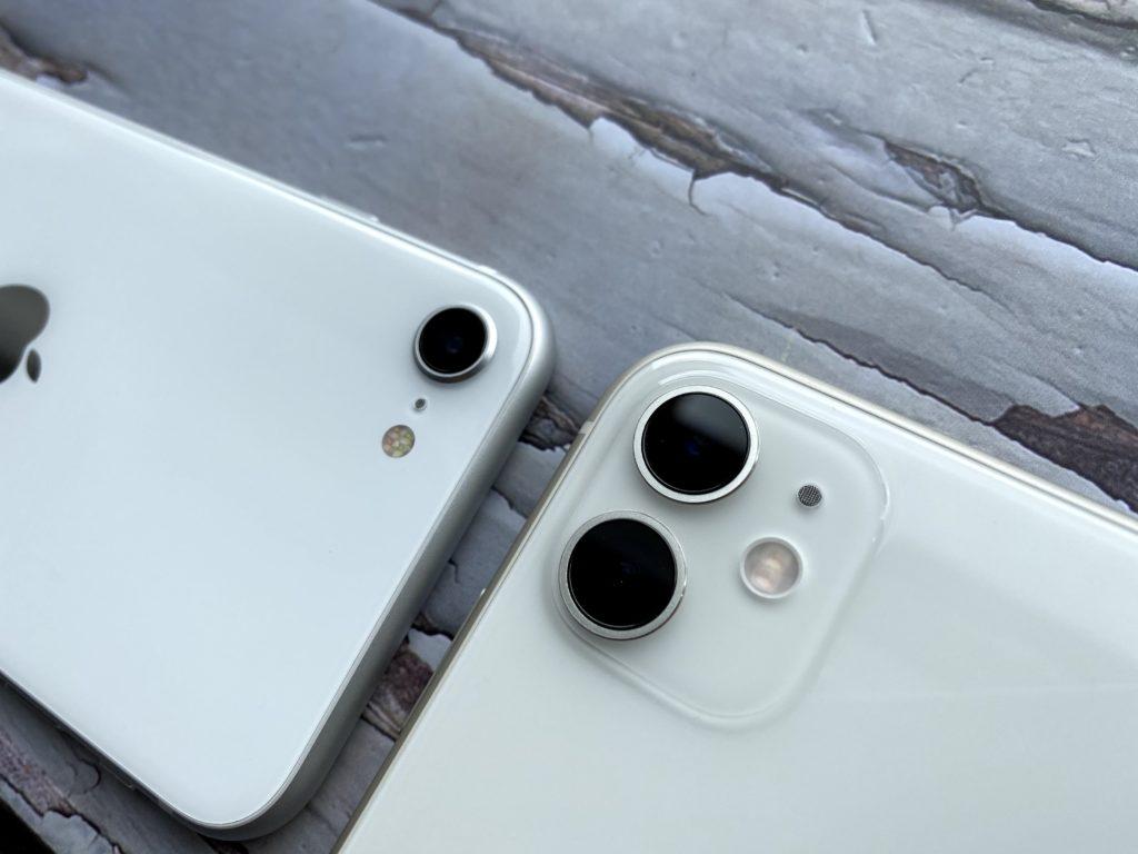 左がiPhone SEで右がiPhone 11