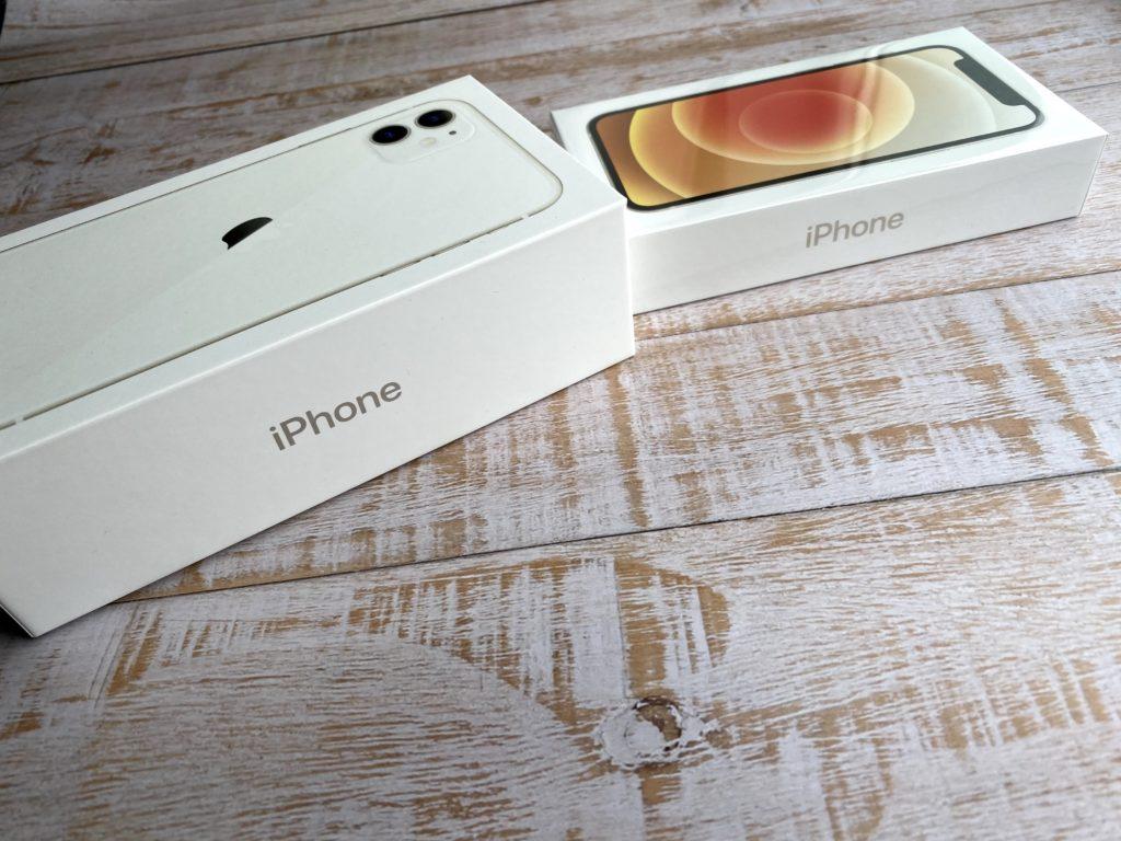 iPhone 11の箱(左)とiPhone 12 miniの箱(右)