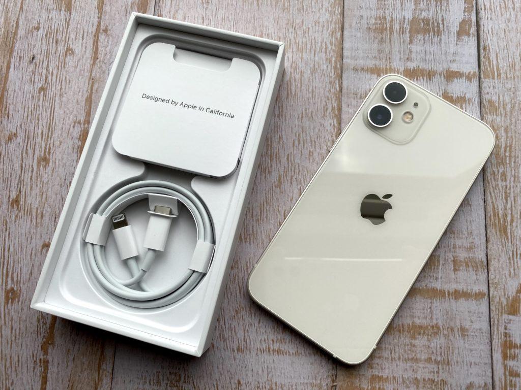 iPhone 12 miniの外箱を開けた状態