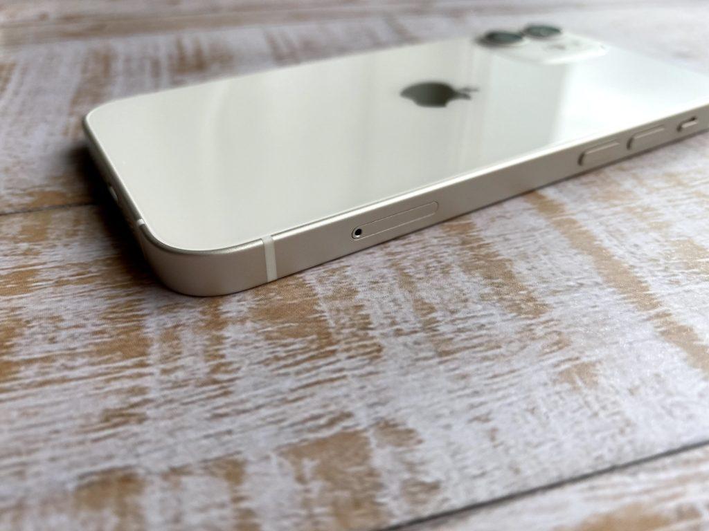iPhone 12 miniのフレーム部分は若干ゴールドっぽい