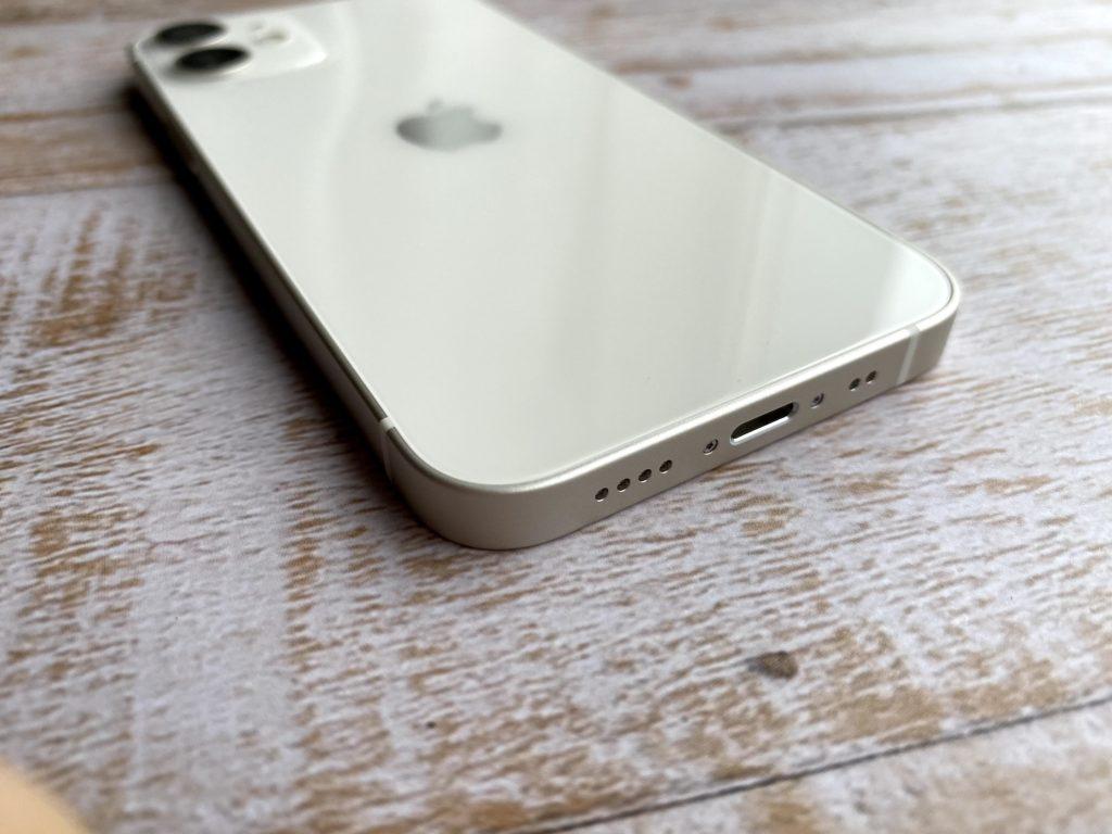 iPhone 12 miniのステレオスピーカーとLightningコネクタ
