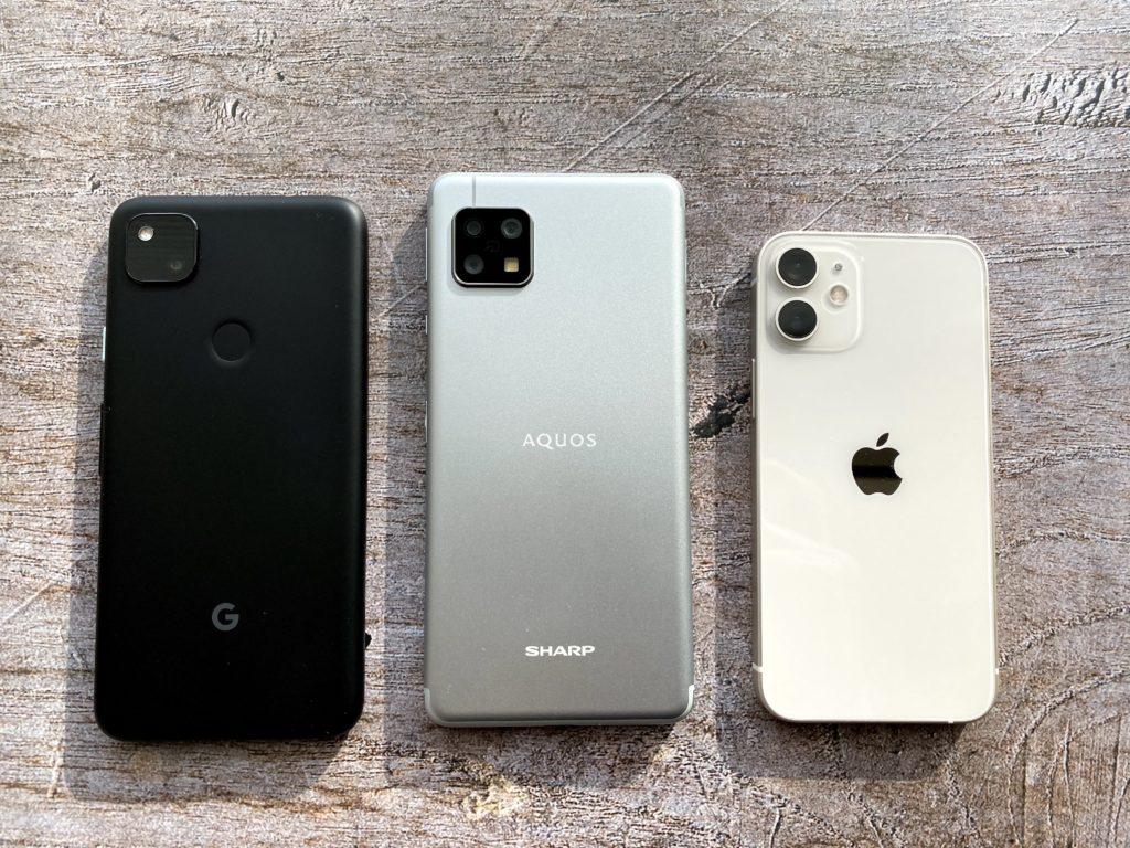 左からPixel 4a、AQUOS sense4、iPhone 12 mini その中でsense4はデカくて重い
