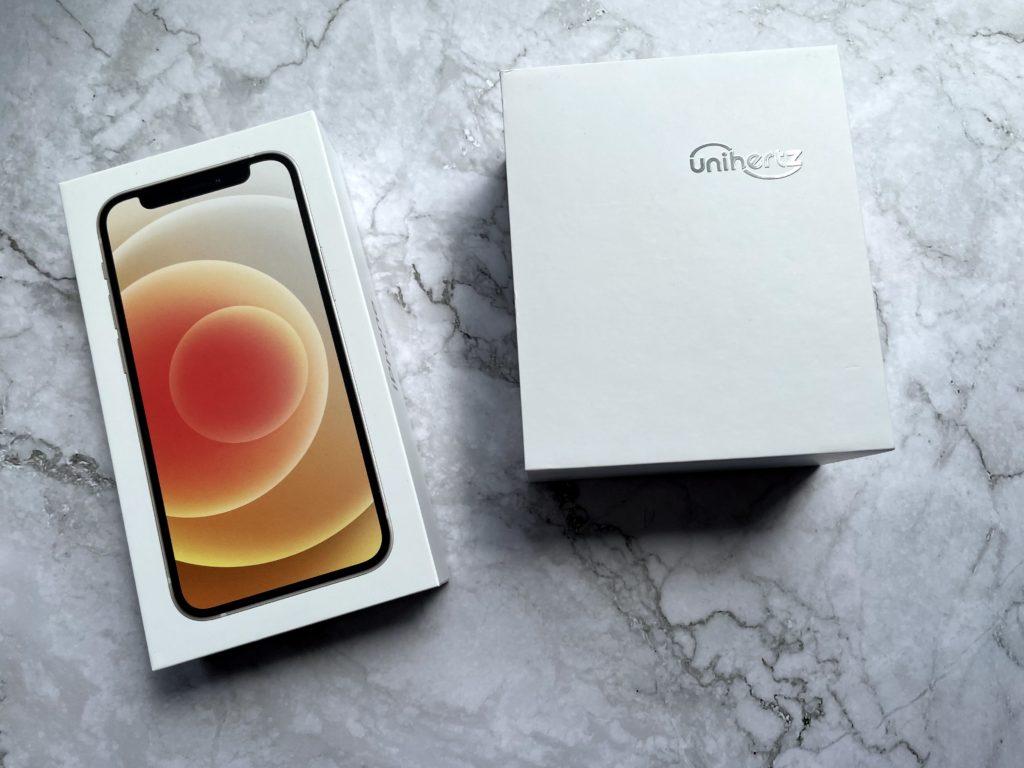iPhone 12 miniの外箱(左)とJelly 2の外箱(右)