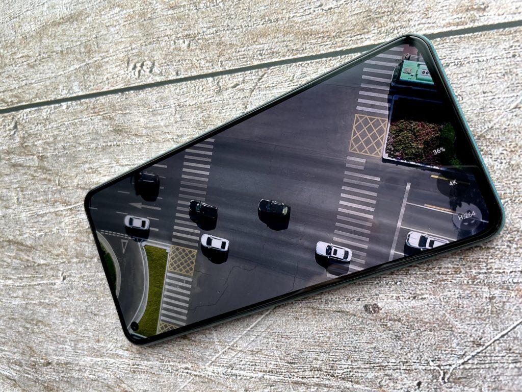 Mi 11 Lite 5Gのパンチホールは目立たないね