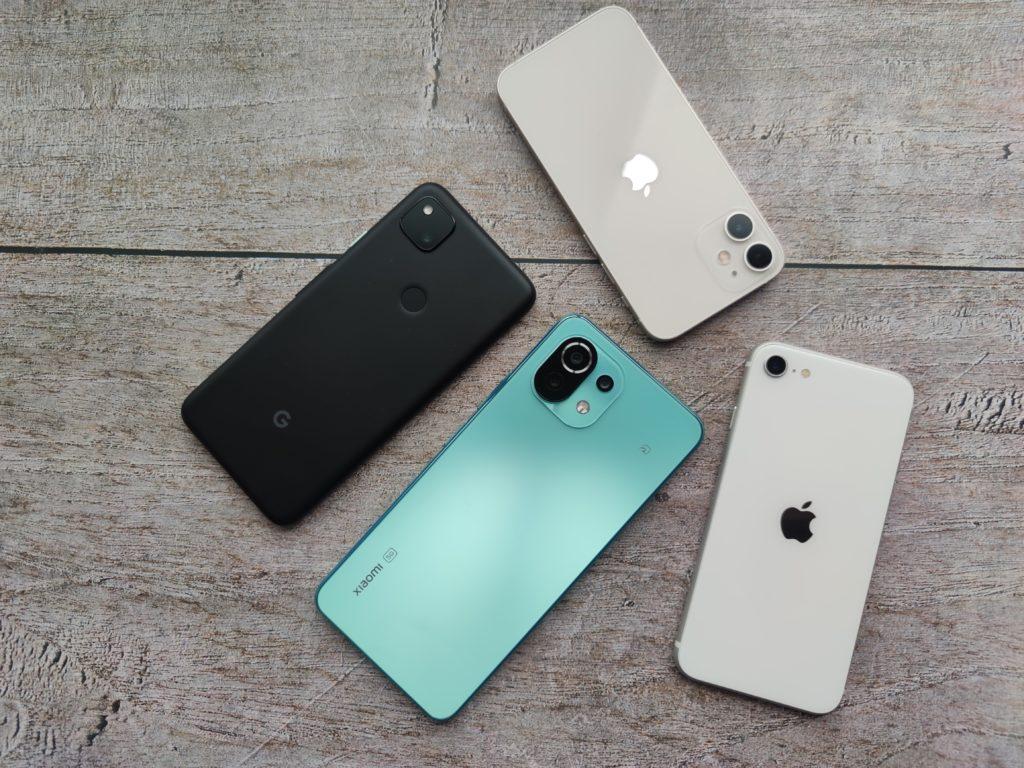 Mi 11 Lite 5Gのサイズは少し大きめ。iPhone SE 2、Google Pixel 4a、iPhone 12 miniと比較。