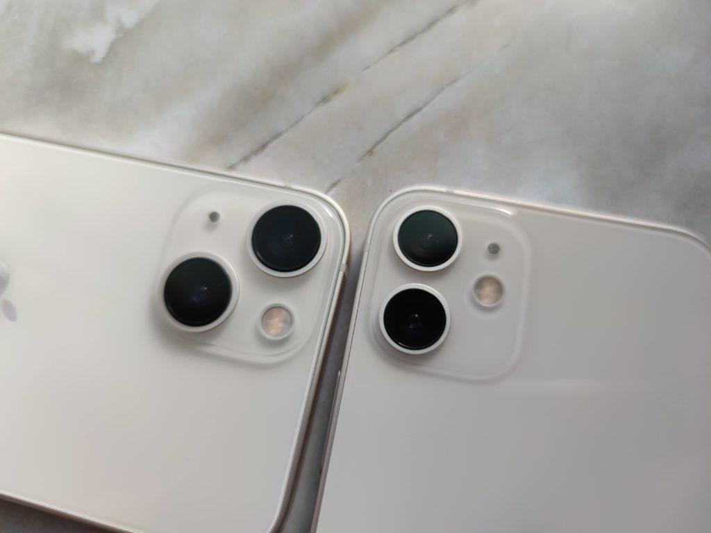 iPhone 13 mini(左)とiPhone 12 mini(右)カメラレンズの大きさが全然違う