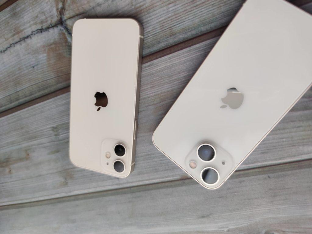 iPhone 13 mini(左)とiPhone 12 mini(右)